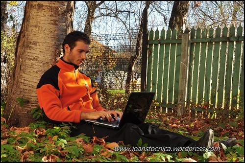 ioan stoenica, scriind la laptop in gradina