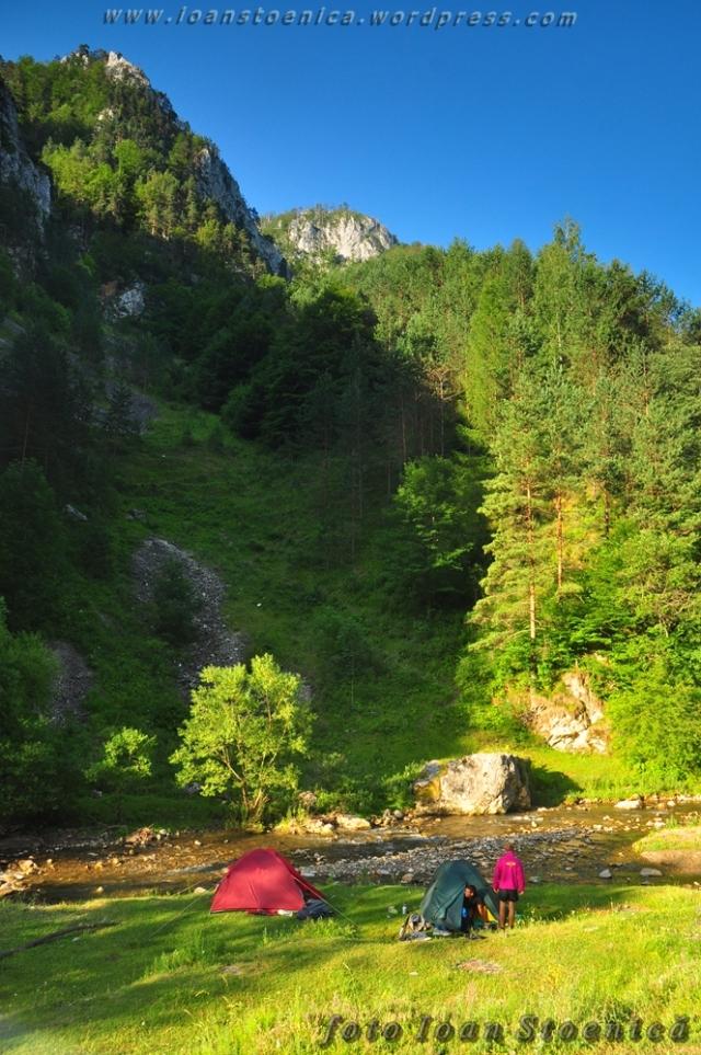 corturi pe malul raului