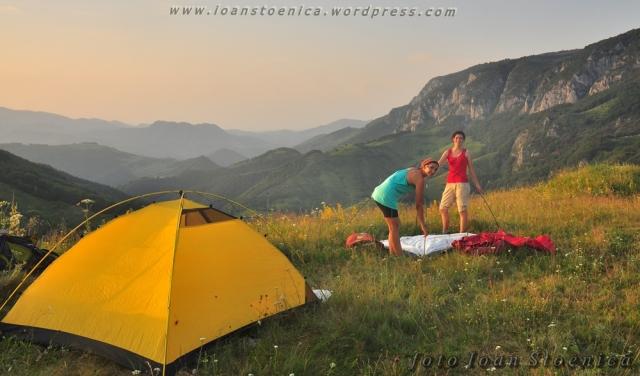 fetele monteaza corturile