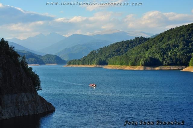 lacul vidraru si munti in spate