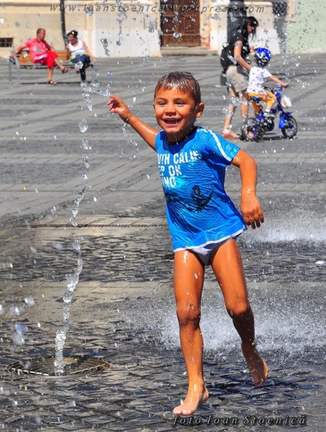 copii la joaca - in apa, sibiu