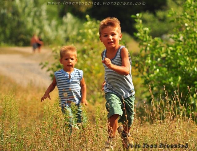 copiii alearga