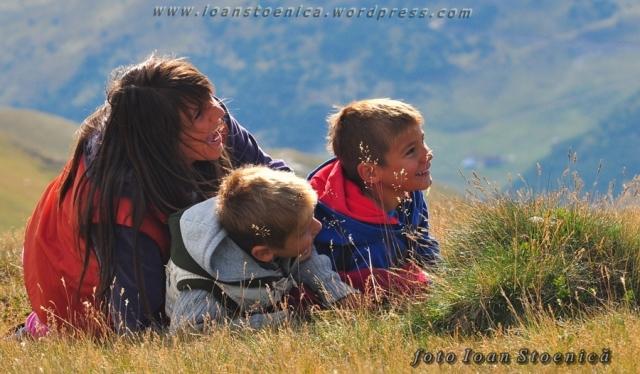 copii in iarba