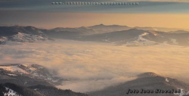 nori peste lac - muntii stanisoarei