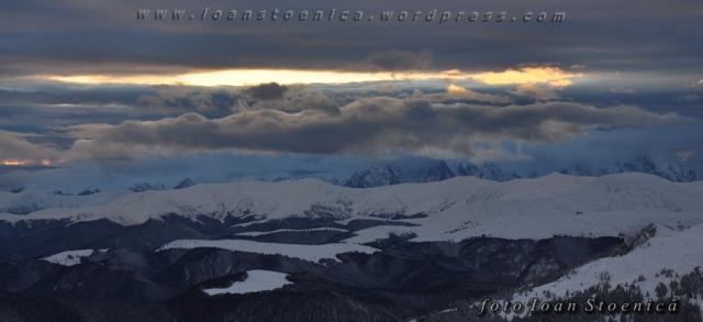 lumina albastra peste munte