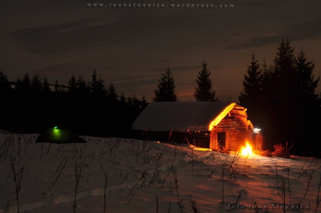 cort si stana - noapte de iarna pe munte