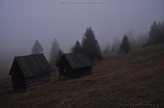 casuțe la poalele munților - ceață
