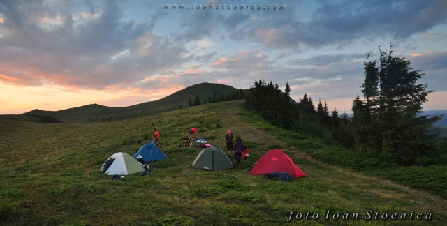 mai multe corturi pe munte