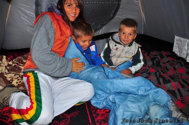 copii in cort - cu paturi si sac