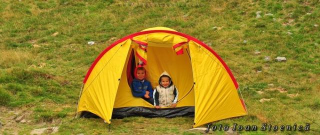 copii in cort