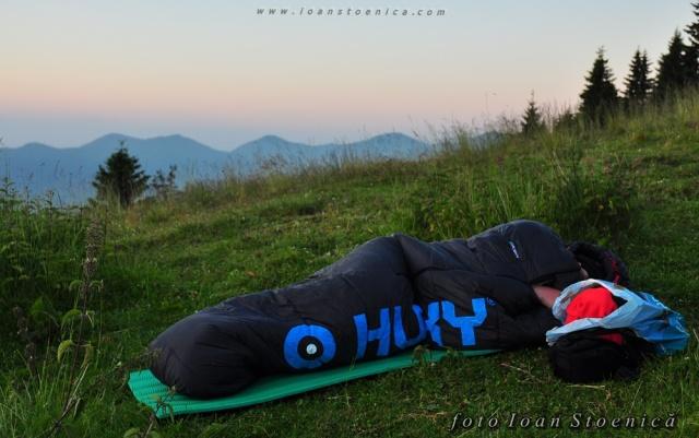 dormit sub cerul liber - sac pe iarba